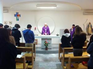 Momento di celebrazione eucaristica durante gli Esercizi Spirituali dei ragazzi di Maturità a Pallanza