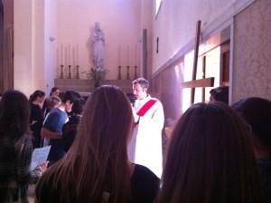 Un momento della Via Crucis per i ragazzi delle medie