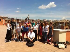 Studenti di Milano e di San Francisco insieme sl terrazzo del Collegio Bellarmino a Roma