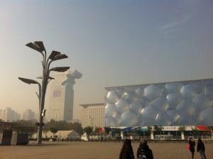 Il cubo d'acqua e la spianata del villaggio olimpico