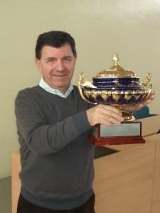 Il prof. Riccardo Tanzi con il Trofeo Finocchiaro