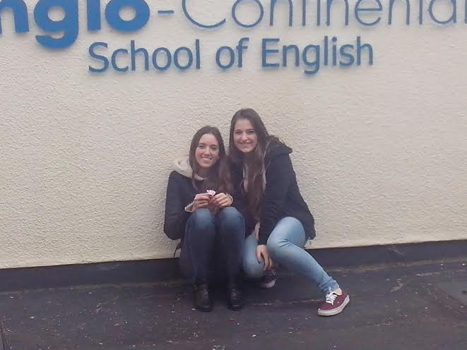 Da sin. Caroline Ghisolfi e Teresa Cimaglia all'ingresso della Anglo Continental School of english di Bournemouth