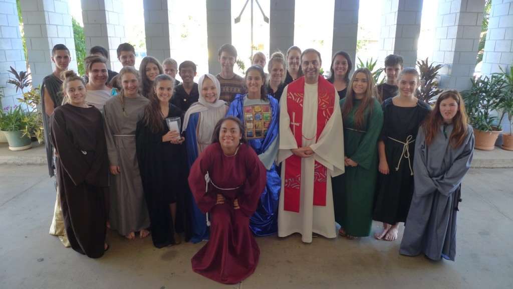 Padre Eraldo con i ragazzi della scuola di Mount Isa, che hanno messo in scena la Passione del venerdì santo