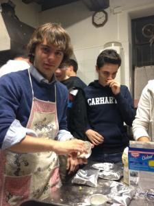 Da sin: Michele Zanfagna e Luca Piatti, di III Scientifico, al ritiro presso la comunità di Villapizzone