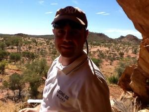 Padre Eraldo davanti ad una caverna di aborigeni