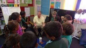 Padre Mick fa lezione di religione ai bambini di prima elementare