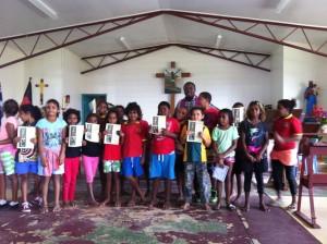 I bambini con padre Daniel, dopo aver ricevuto la Prima Confessione la scorsa settimana