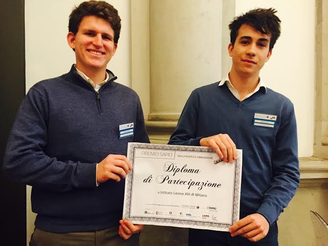 Da sin. Filippo De Nicola e Andrea Cecchi con il diploma di partecipazione alla Giornata di Studi