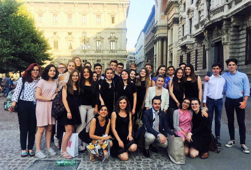 Foto di gruppo in p.zza della Scala