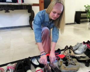 Michela depone le sue scarpe
