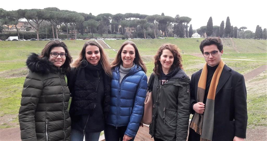 Gli studenti del Leone all'arrivo a Roma. Da sin. Sara, Alessia, Giulia, Silvia e Vittorio
